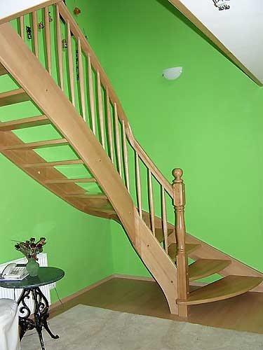 euro massivholztreppen mit handlauf und wangenkr mmlingen exklusive ausf hrung zum sparpreis. Black Bedroom Furniture Sets. Home Design Ideas